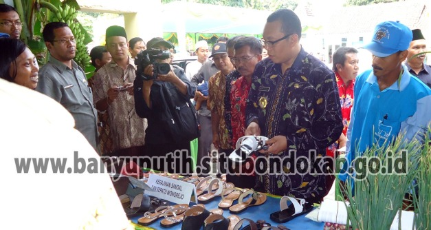 Bupati Situbondo berdialog dengan Pengerajin Sepatu Desa Wonorejo Kecamatan Banyuputih